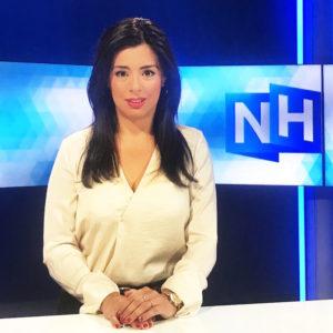 Nejifi Ramirez van NH Nieuws presenteert het Dictee
